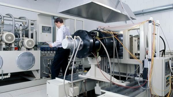 Hizmetlerimiz, açıklanan ürünlerin geliştirilmesi ve üretiminin yanında, rulman performansı testleri ve ön-yeterlilik testleri ile uzay-havacılık sistemlerinde kullanılan rulmanların arıza teşhisi ve onarımını içerir.